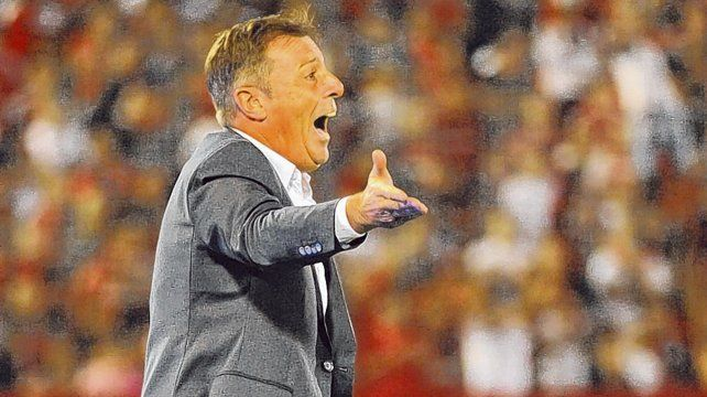 Enérgico. El entrenador vive con intensidad los partidos. Afuera de la cancha muestra otra clara y es más reflexivo.