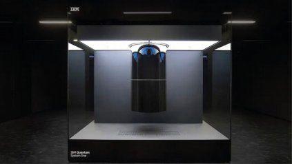 El look futurista de la computadora cuántica de IBM presentada en Alemania.