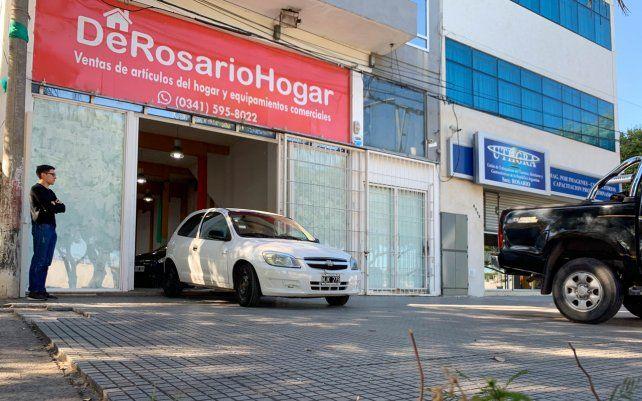 Una banda perpetró un violento asalto a una agencia de autos de Oroño al 6000. Hampones irrumpieron en la agencia pidiendo a los gritos las llaves de los autos y terminaron llevándose una moto.
