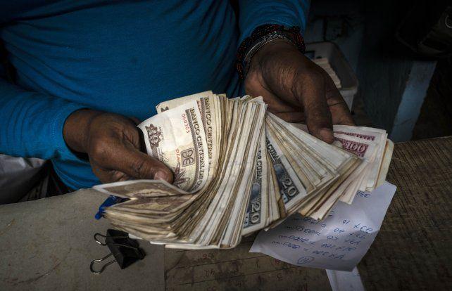 Un comerciante en La Habana maneja enormes fajos de pesos cubanos
