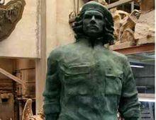 La estatua de bronce del Che desfila por Buenos Aires antes de partir a Rosario