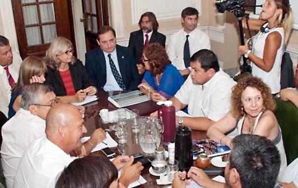 todos a la mesa. Los representantes paritarios del gobierno y de los gremios se volverán a sentar hoy