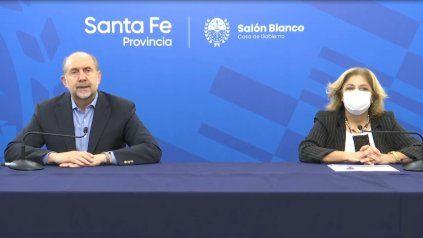 El gobernador Omar Perotti anunció las nuevas medidas junto a la ministra de Salud, Sonia Martorano.