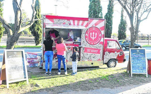 Hells truck. El negocio que vende sándwiches gourmet tuvo buena concurrencia de público.