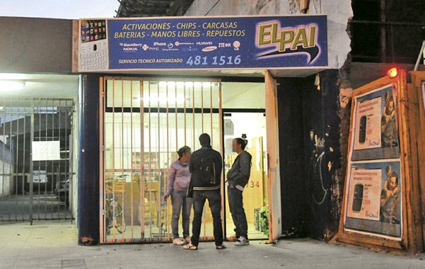 Aparatos. El negocio de Maipú al 1700 requisado ayer a la tarde por los pesquisas de la División Judiciales.