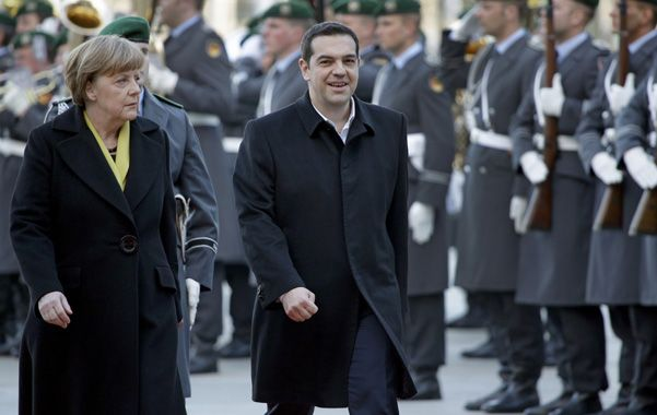 Honores militares. El premier heleno prometió a Merkel cumplir con las reformas sin olvidar el plano social.