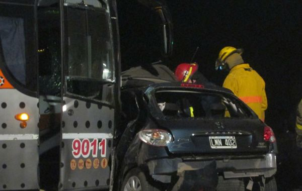 Los bomberos trabajaron para sacar a la víctima fatal