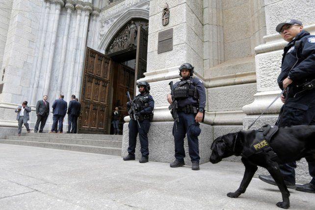 Entró a la Catedral de Nueva York con dos bidones de nafta y fue detenido