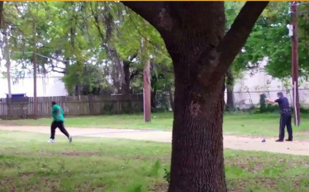 Fusilamiento. El policía apunta y dispara ocho veces mientras la víctima