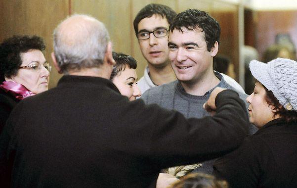 Abrazos. Osvaldo Martínez sonríe tras conocer el veredicto y recibe el afecto de sus allegados. También hubo quien lo insultó.