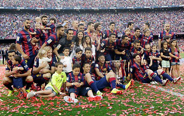La fiesta catalana. Los jugadores de Barcelona celebran la conquista de otra Liga en la despedida de Xavi.