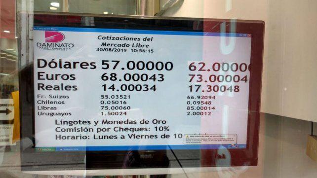 El viernes arrancó con una cotización de 62 pesos para la moneda norteamericana.