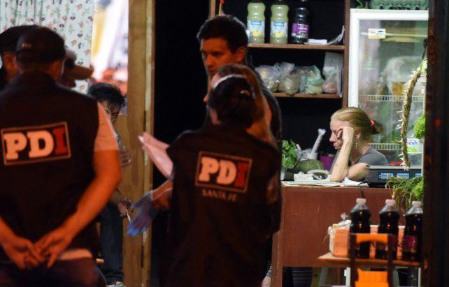 Acusada. Pepa espera las pericias de la policía en el lugar del crimen y antes de ser apresada.