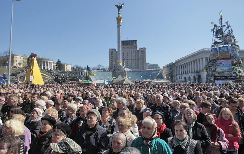 Multitud. Los pobladores de Kiev ocuparon ayer la plaza central para reclamar la integridad territorial de la nación.