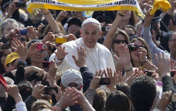 Aclamado. Francisco ayer entre la multitud. Dio vueltas en el papamóvil entre los fieles y se detuvo a saludarlos.