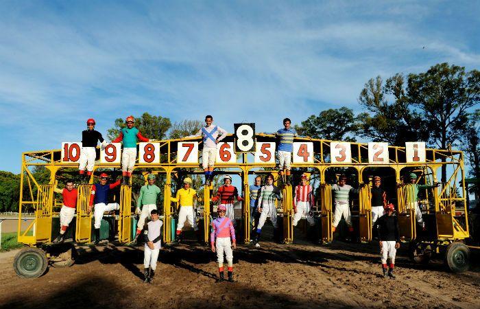 Los jockeys que participan de las carreras del hipódromo Independencia.