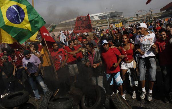 Sin violencia. Manifestantes reclaman al gobierno viviendas dignas frente al Arenas Corinthians de San Pablo.