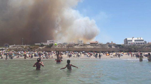 Alarma. El viernes la gente se bañaba mientras el fuego avanzaba.