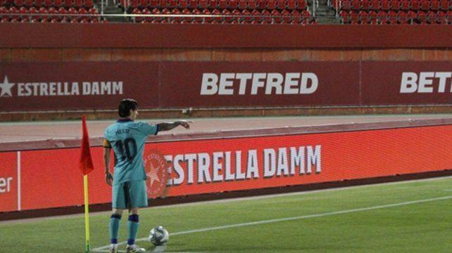 Estampa de crack. Lionel Messi se apresta a ejecutar un córner en la goleada a Mallorca.