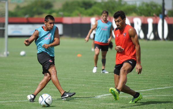 Víctor López (derecha) durante la práctica de fútbol en la que jugó en lugar de Nehuén Paz. (Foto: C. Mutti Lovera)