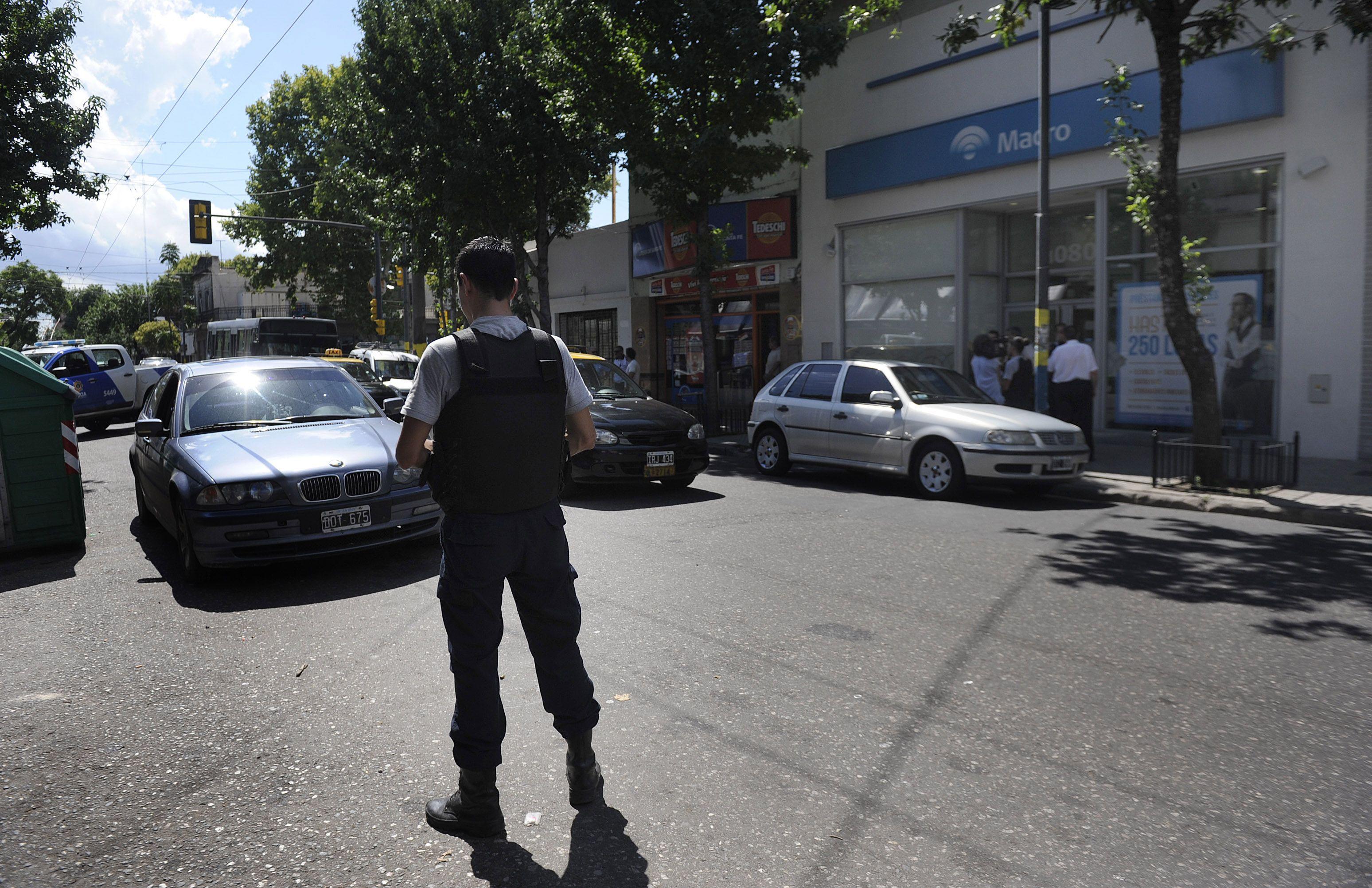 El BMW en el que llegaron las víctimas quedó en doble fila frente a la entidad financiera de Echesortu. (Foto: V. Benedetto)