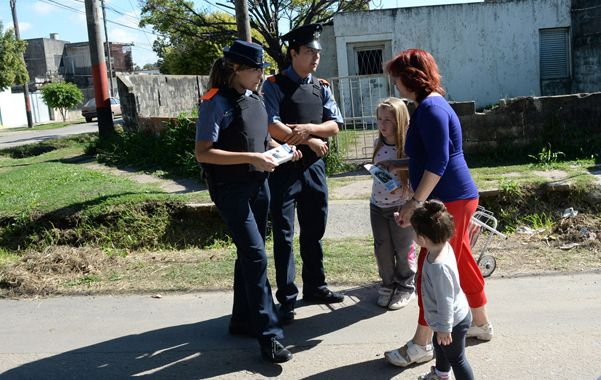 Presentación. Dos policías comunitarios dialogan con una madre en la esquina de Acoyte y Paraguay.