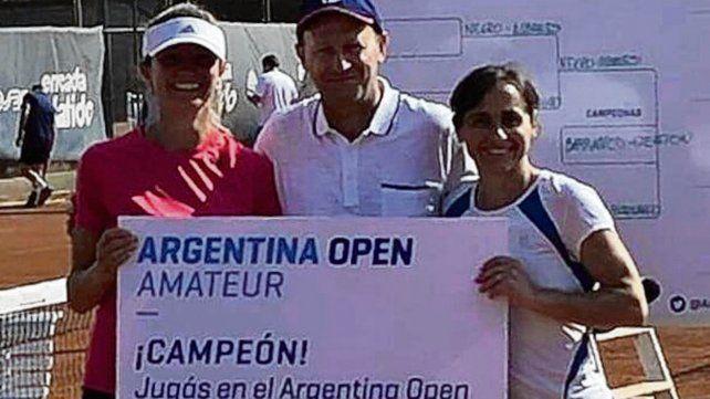 Director general. Dos vencedoras rosarinas posan con el ex tenista Martín Jaite.