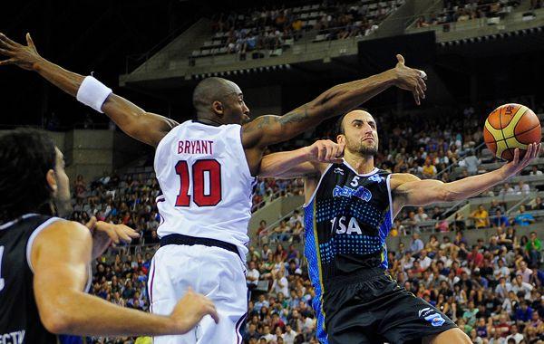 Manu Ginóbili y una espectacular toma ante el genial Kobe Bryant.