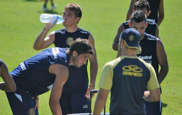 Se hidrata. Acuña bebe agua durante un entrenamiento en el country que tiene Rosario Central en Arroyo Seco. (foto: Alfredo Celoria)