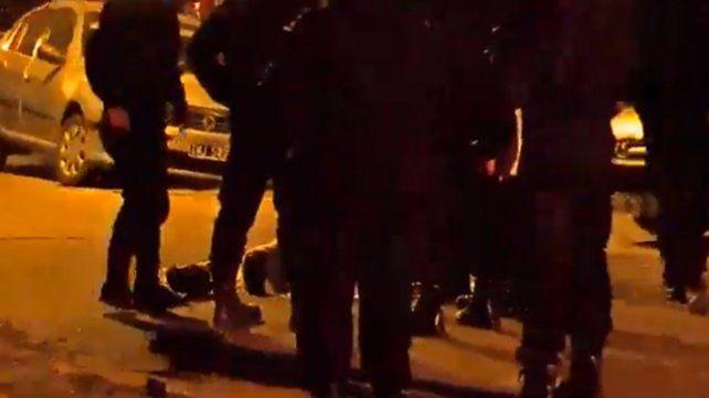 Otro crimen en Rosario: a balazos derribaron de una moto a un hombre armado