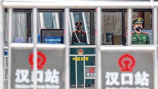 No pasa nadie. La entrada de la estación de trenes Hankou de Wuhan