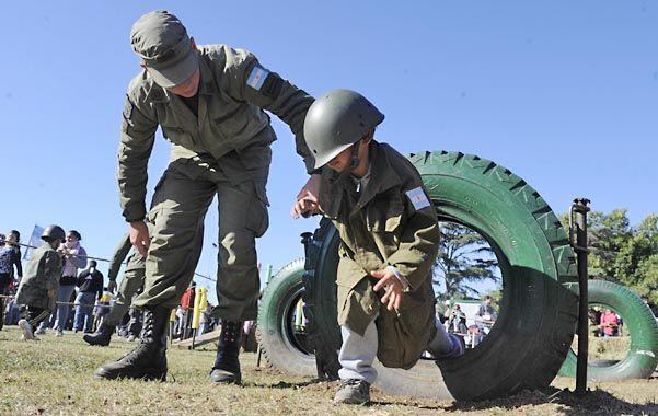 Los aspirantes de la Escuela de Suboficiales del Ejército Sargento Cabral acompañaron a los niños en un minientrenamiento donde debían sortear 11 obstáculos.