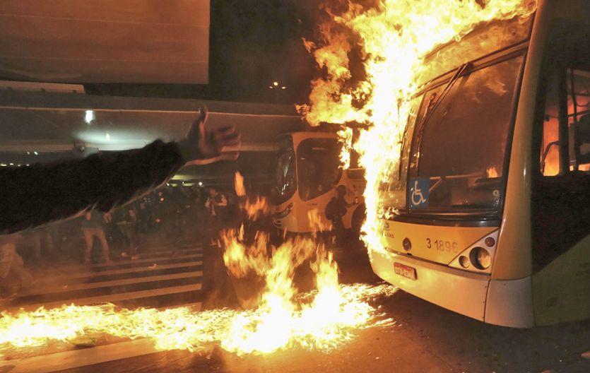 Barbarie. La marcha contra el aumento del precio del transporte público terminó con colectivos incendiados.