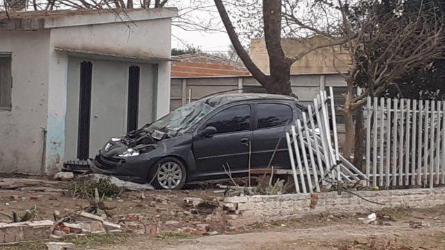 El Peugeot quedó dentro de la propiedad luego de destrozar el tapial y las rejas que la protegían