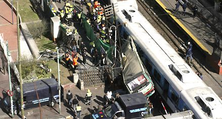Al menos 11 muertos y 228 heridos al chocar un ómnibus y dos trenes