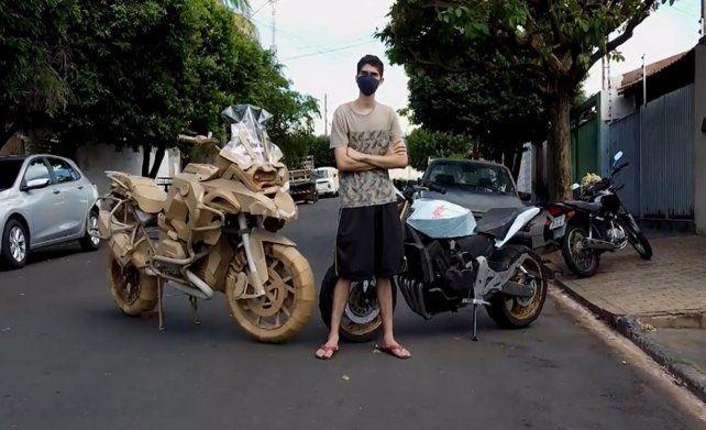 El artista. El joven brasileño posa junto a una de las motos que realizó con cartón.