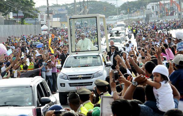 """El Pontífice saluda a la multitud desde el """"papamóvil"""" que lo transportó ayer por Guayaquil. Hoy oficiará otra misa campal en Quito."""