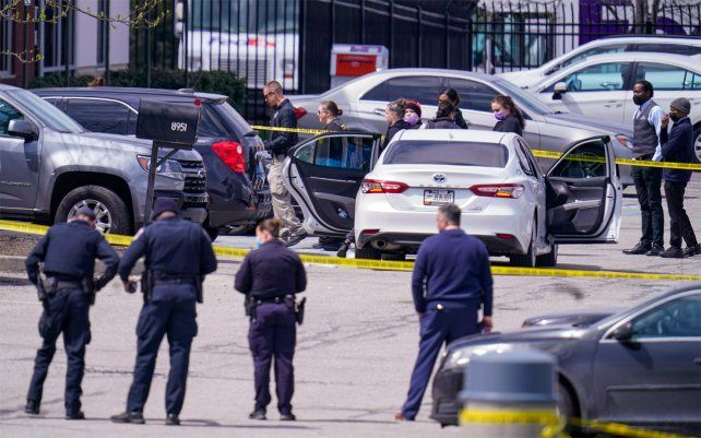 La policía de Indianápolis trabajaba hoy en el lugar del atentado.