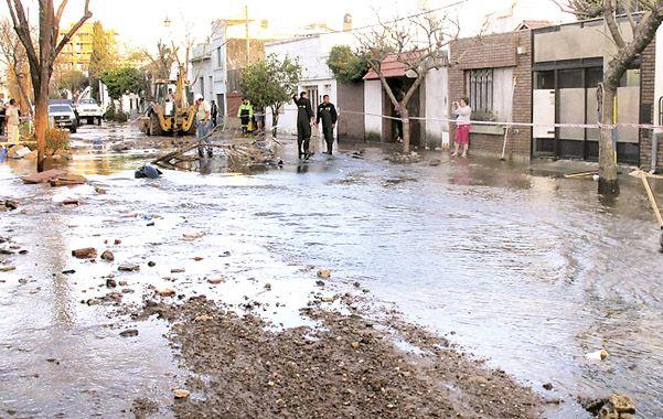Barro y escombros se acumularon en la zona donde se rompió el pavimento y el agua empezó a fluir. (foto: Alfredo Celoria)