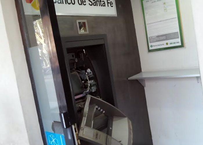 El cajero quedó completamente destrozado. (Foto: Sebastián Suárez Meccia / La Capital)