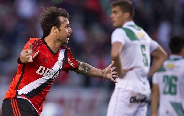 Con alma y vida. El Torito Cavenaghi grita con alma y vida uno de los dos goles que anotó ayer para mantener encendida la ilusión de ser campeón.