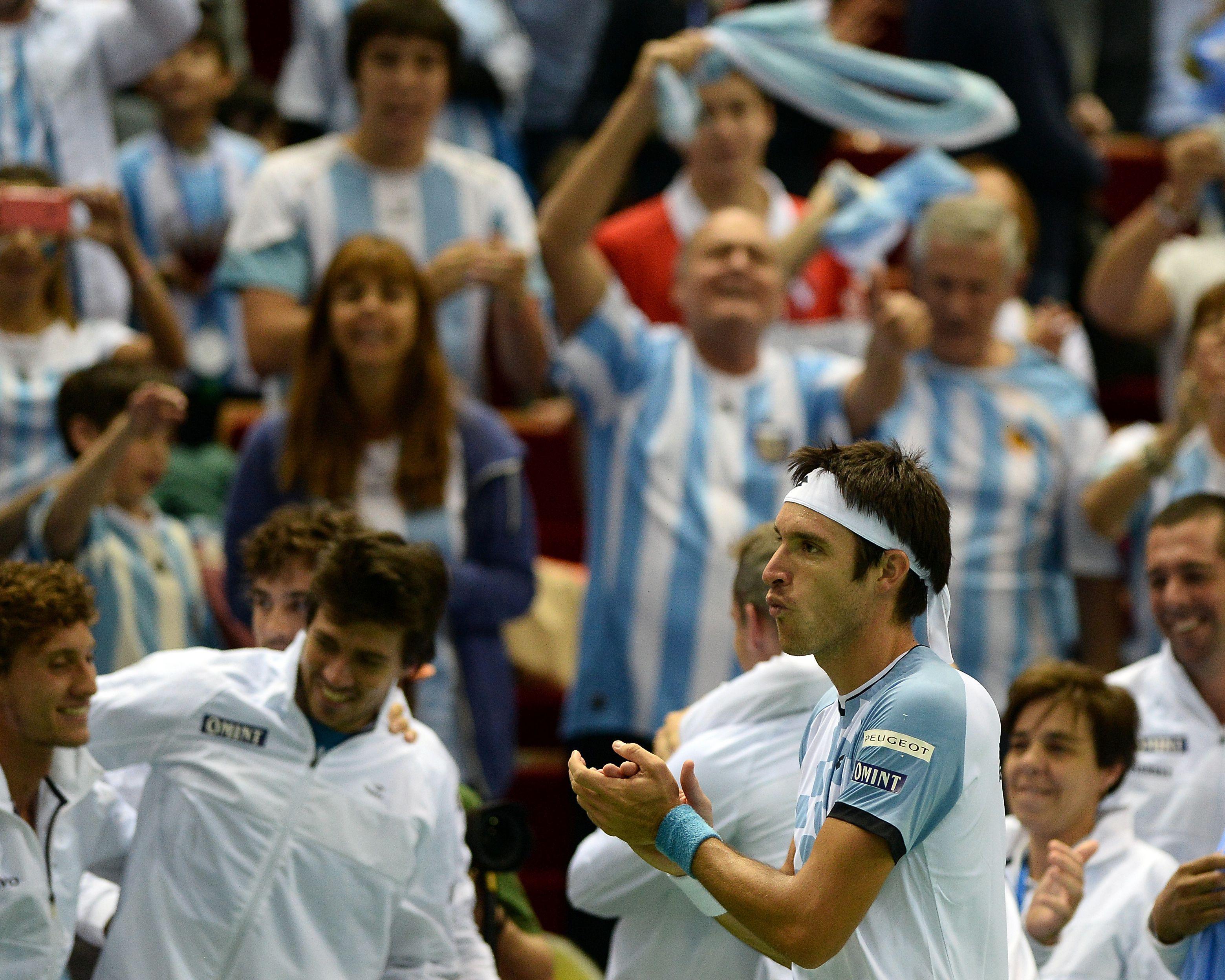 Aplausos. Leo desató el festejo del equipo argentino y de los hinchas en Polonia.