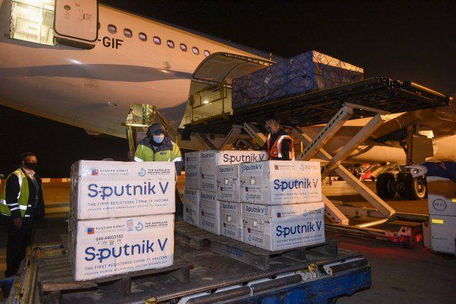 Llegó al país un nuevo vuelo con 500 mil dosis de vacunas contra el coronavirus Sputnik V