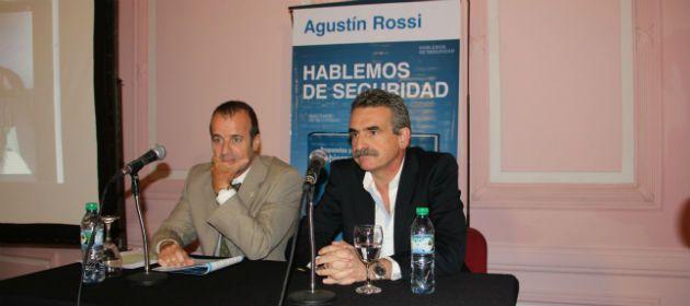 Rossi presentó anoche su libro Propuestas de gobierno de la seguridad en Santa Fe. Lo acopañó el Defensor Provincial Gabriel Ganón.
