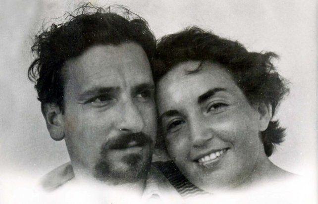El escritor rosarino Jorge Riestra y su esposa