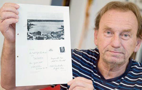Doloroso.  Günter Zettl muestra la carta censurada por la Stasi.