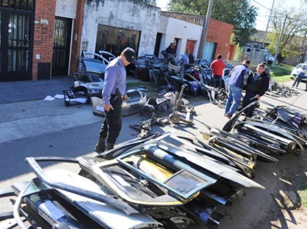 Muchos de los autos robados terminan en desarmaderos ilegales. (Foto archivo)