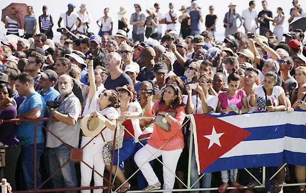 Cambios reales. Los habaneros presenciaron el izamiento de la insignia estadounidense desde El Malecón.