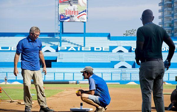 Amistoso. Delegados de béisbol de EEUU recorren el estadio El Latino