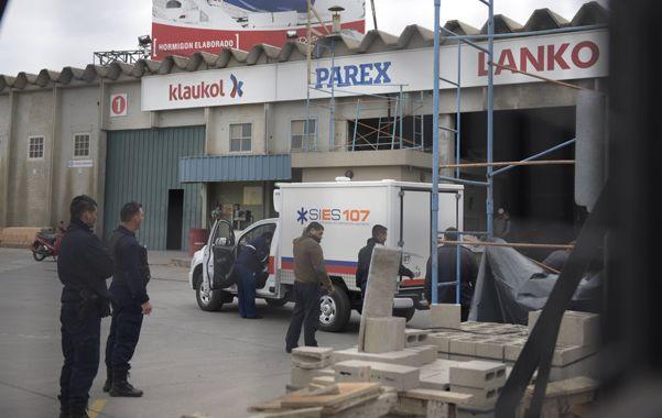 Uriburu al 2000. Agentes de la Guardia Urbana Municipal (GUM) clausuraron el corralón de materiales.